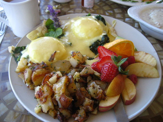 Auburn, Californië: Eggs Sardu. The potatoes are amazing.