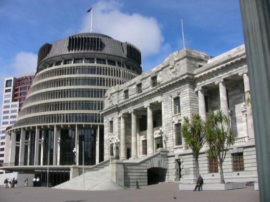 """อาคารรัฐสภา: """"Beehive"""" and parliament buildings, Wellington, New Zealand"""