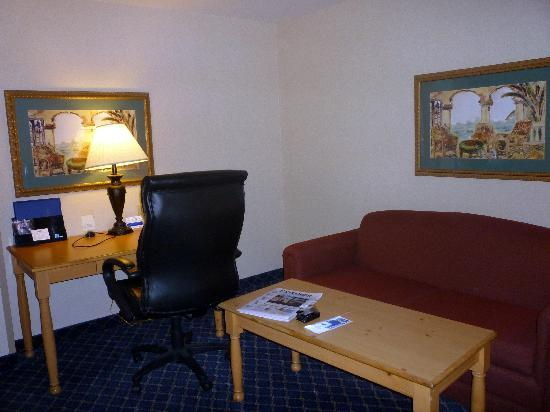 Holiday Inn Express Marana : Sitting and office area