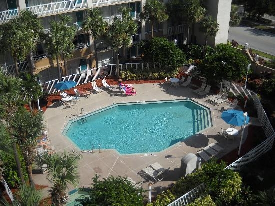 Canada Drive Hotel and Suites: Pool area as seen from 6th floor.