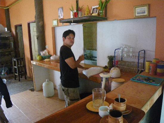 Hippo Cafe: Making the bananashake!