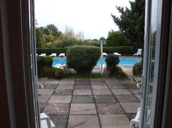 Abbey Lawn Hotel: View from room 502 of patio and outdoor pool area
