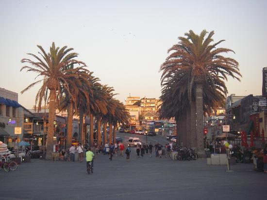 Grandview Inn: Pier shops as the sun is setting
