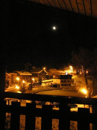 Hôtel Les Peupliers : A night view from the chalet rooms