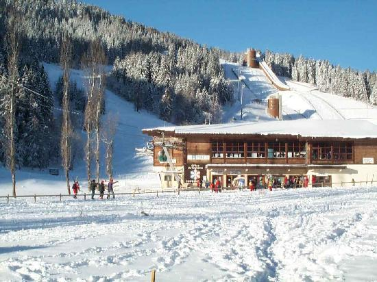 Hôtel Les Peupliers : The lift station just 150 metres away.  It is just possible to ski to the back door.