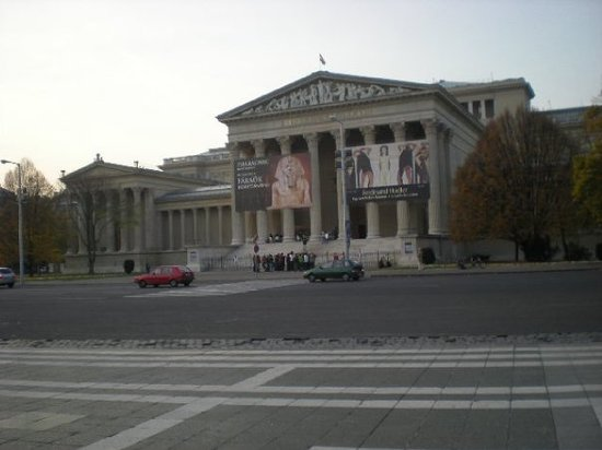 Szepmuveszeti Muzeum: The museum of fine art... yes we did go in, and saw a real life mummy!