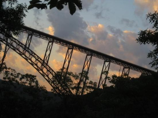 Minden, เวสต์เวอร์จิเนีย: New River Gorge Bridge at Sunset just by the old Kaymoor Mine Trail