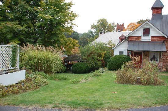 The Staunton Choral Gardens Bed and Breakfast: The Carriage House and Gardens - beautiful even in fall!