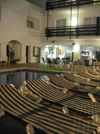 Hotel Es Mitjorn: Hotel exterior, pool area 2
