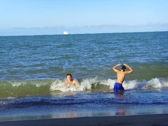 Coral Sands Beachfront Resort: The boys enjoying the sea