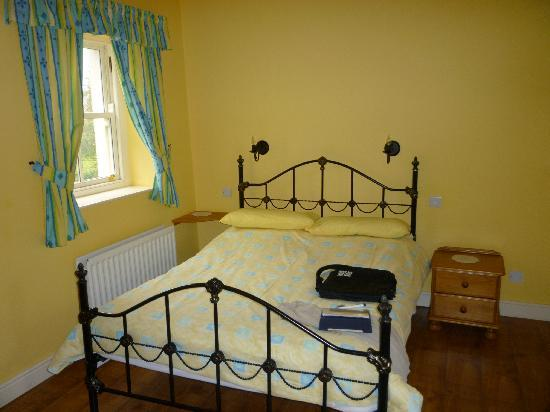 Magheramore Courtyard: comfy bedroom with disabled facilities