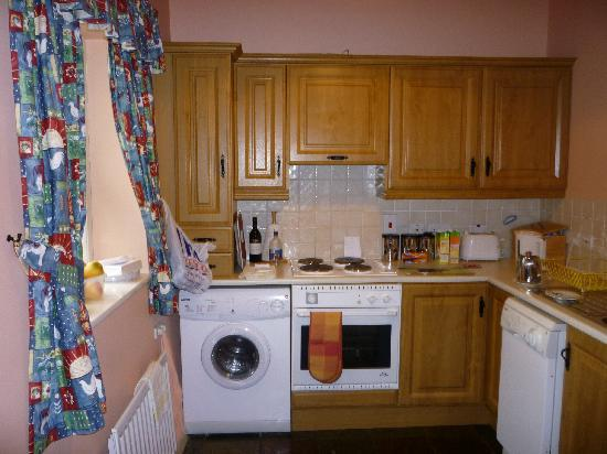 Magheramore Courtyard : Kitchen with all you need, including dish washer..