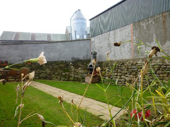 Magheramore Courtyard : barbecue available for use by all three cottages..