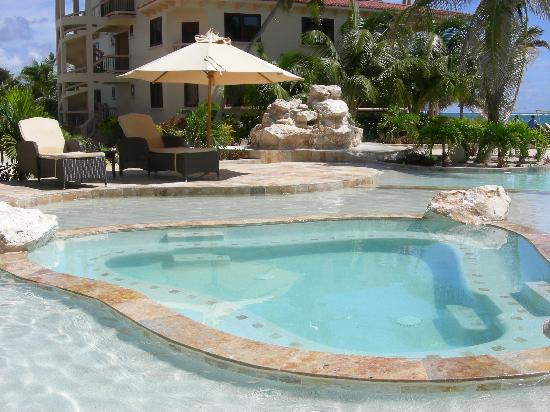 Coco Beach Resort: Hot tub in the middle of the pool