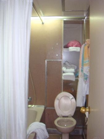 Caritas Lodge: small bathroom