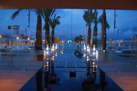Pool bar area picture of w barcelona barcelona for Pool show barcelona
