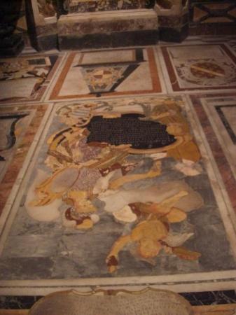 El esplendido marmol incrustado en el suelo de san juan for Lapidas de marmol