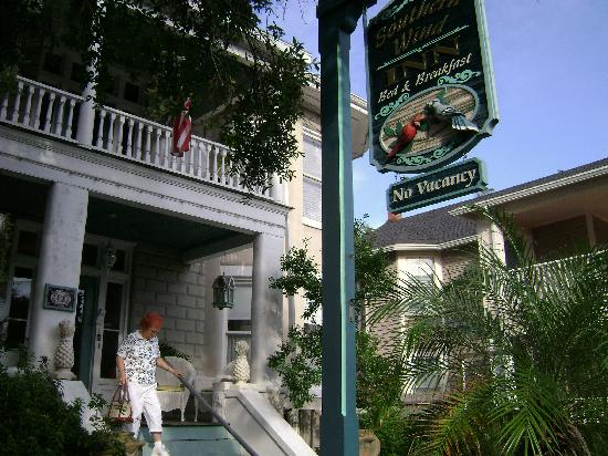 Southern Wind Inn: The beautiful front porch