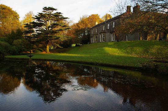 Farlam Hall Country House Hotel: Side View in Reflecting Pool