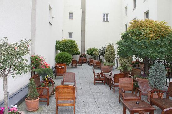 Marrol's Boutique Hotel Bratislava: Enjoyed more than one free drink on the summer deck
