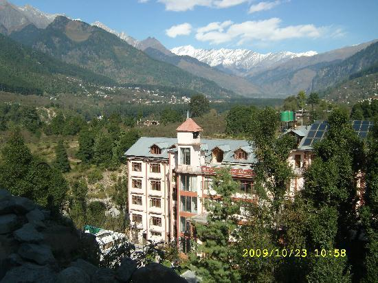 Royal Park Resort : Hotel from Road above