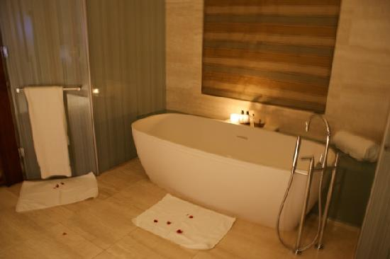 One&Only Cape Town: Island one-bedroom suite petal bath turn-down service