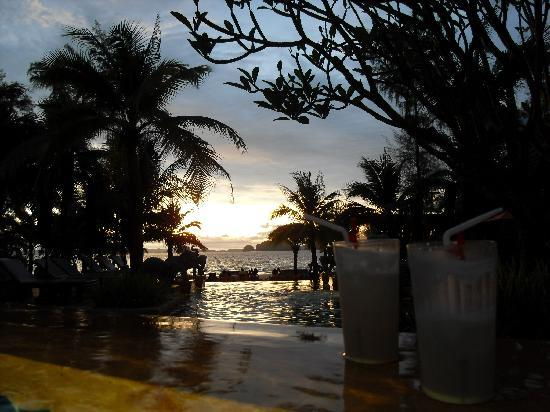 Amari Vogue Krabi: Sonnenuntergang am Pool