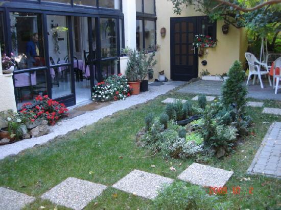 Hotel Romantik: Garden area of the hotel