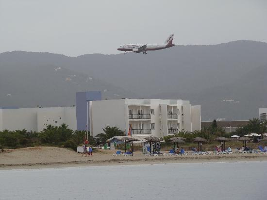 Grand Palladium Palace Ibiza Resort & Spa: Looks like planes will land on our hotel!