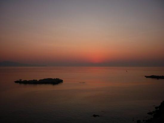 L'Escala, España: Le levé du soleil toujours vu de la terrasse.