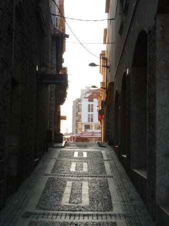 Une rue de L'escala un dimanche au petit matin