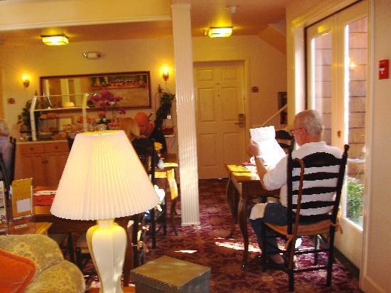 BEST WESTERN PLUS Elm House Inn : Breakfast Area & Fireplace