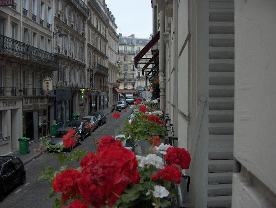 Royal Magda Etoile Hotel: Street view- Rue Troyon