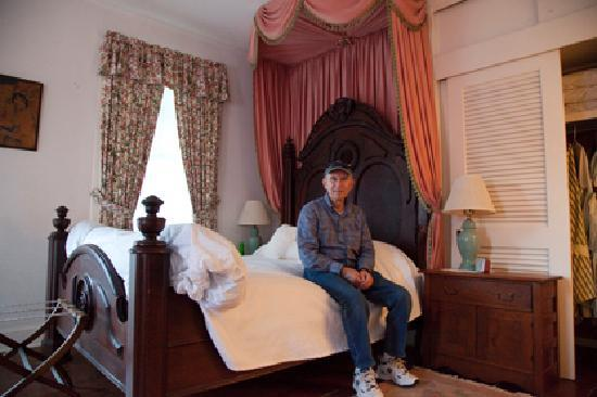 Elgin Plantation Bed and Breakfast: Mu husband in Our Guestroom