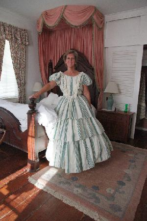Elgin Plantation Bed and Breakfast: Dress Up in a Guestroom