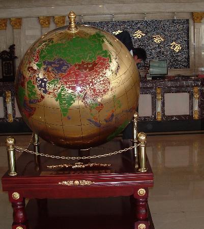 Kunlun Hotel: The big globe in the spacious lobby.