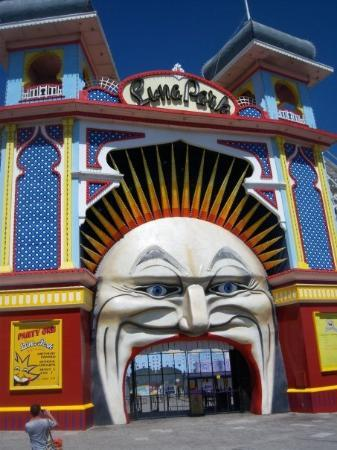 St Kilda, Australië: Luna Park.  This definitely wins the award for creepiest entrance.