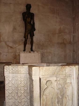 SPLIT: Baptisterio (antiguo templo de Jupiter), estatua de San Juan Bautista y pila buatismal