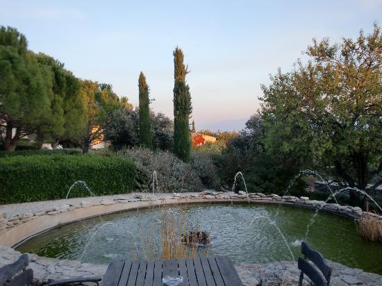 Hotel Les Bories & Spa: Le jardin ouvert sur le Lubéron