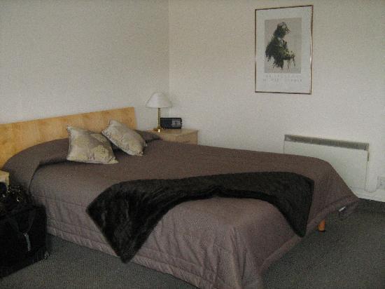 Jasmine Court Motel: Bed