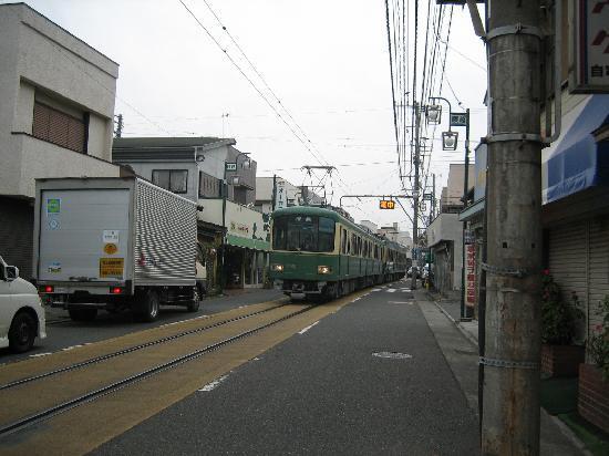 Kakiya Ryokan  Shinkan : 江ノ電が通過します