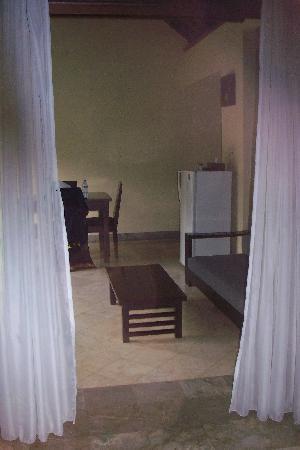 The Club Villas : vue chambre vers salle à manger exterieure