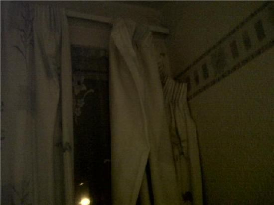 Lynwood Guest House: The broken and shabby curtain