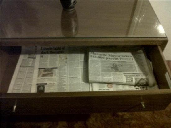 Lynwood Guest House: The drawer with loads of old newspapers in