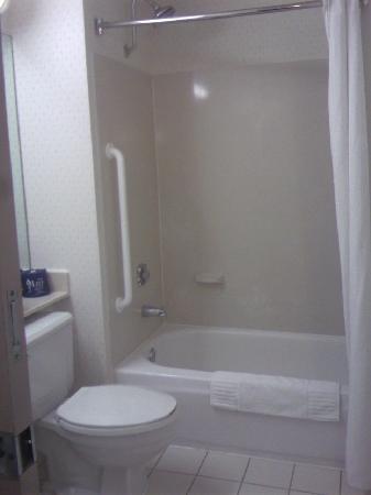 Fairfield Inn Ontario: bathroom