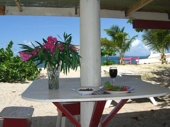 Carriacou Island, Grenada: Sweet lambie and colourful veggies with good wine