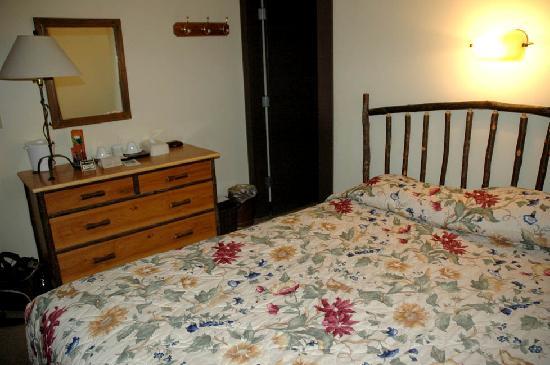 Longmire, WA: National Park Inn dresser & queen bed