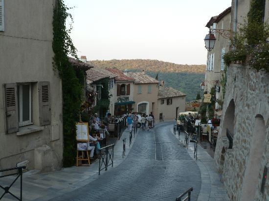 Ramatuelle, France: Main street from the church.