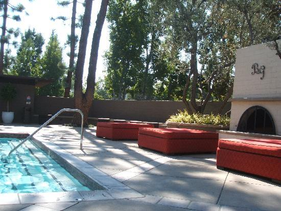 เบเวอร์รี่ การ์แลนส์ ฮอลิเดย์อินน์: another view of the pool