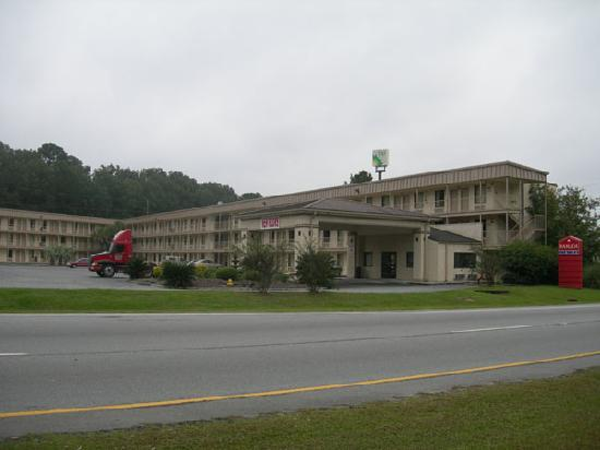 Motel 6 Savannah Airport - Pooler: Looking at the hotel from the main road